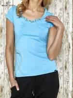 Niebieski t-shirt sportowy z marszczeniem przy biuście