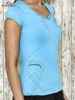 Niebieski t-shirt sportowy z marszczeniem przy biuście                                  zdj.                                  3