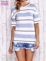 Niebieski t-shirt w kolorowe paski                                  zdj.                                  1
