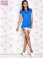 Niebieski t-shirt z ażurowym motywem                                  zdj.                                  4