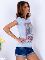 Niebieski t-shirt z kolorowym nadrukiem                                  zdj.                                  3