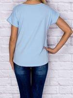 Niebieski t-shirt z malarskim nadrukiem                                  zdj.                                  2