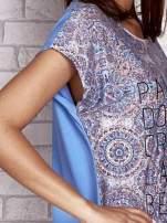 Niebieski t-shirt z nadrukiem nazw miast                                                                          zdj.                                                                         5
