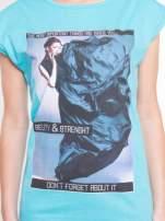 Niebieski t-shirt z nadrukiem w stylu high fashion                                  zdj.                                  4
