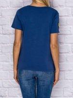 Niebieski t-shirt z naszywkami                                  zdj.                                  2