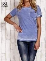 Niebieski t-shirt z podwijanymi rękawkami efekt acid wash                                  zdj.                                  1