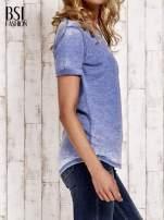 Niebieski t-shirt z podwijanymi rękawkami efekt acid wash                                  zdj.                                  3