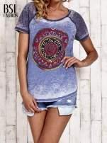 Niebieski t-shirt z różą efekt acid wash                                  zdj.                                  1