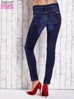 Niebieskie dopasowane spodnie jeansowe                                   zdj.                                  3