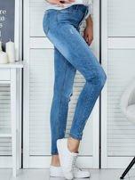 Niebieskie jeansowe spodnie skinny z koronkowymi wstawkami                                  zdj.                                  3