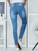 Niebieskie jeansowe spodnie skinny z koronkowymi wstawkami                                  zdj.                                  2