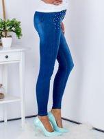 Niebieskie jeansowe spodnie skinny z perełkami na kieszeniach                                  zdj.                                  5