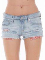 Niebieskie jeansowe szorty z wystającymi kieszeniami                                  zdj.                                  1