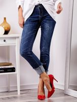 Niebieskie jeansy z podwijanymi nogawkami                                  zdj.                                  6