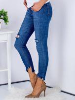 Niebieskie jeansy z rozdarciami i wystrzępionymi nogawkami                                  zdj.                                  5
