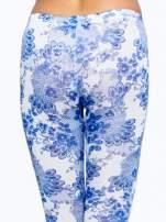 Niebieskie legginsy w roślinny wzór                                                                          zdj.                                                                         6