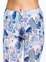 Niebieskie legginsy z motywem newspaper print