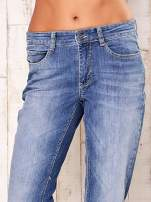 Niebieskie proste przecierane spodnie                                  zdj.                                  4