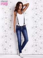 Niebieskie przecierane spodnie jeansowe z szelkami                                                                          zdj.                                                                         2