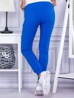 Niebieskie spodnie dresowe z kieszonką z przodu                                  zdj.                                  2