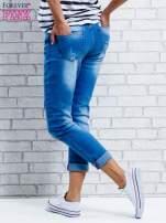 Niebieskie spodnie girlfriend jeans z naszywkami                                  zdj.                                  4