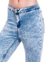 Niebieskie spodnie jeansowe marmurki z wysokim stanem                                  zdj.                                  6
