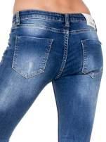Niebieskie spodnie jeansowe rurki z dziurami i cieniowaniem                                                                          zdj.                                                                         6