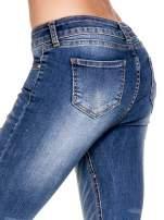 Niebieskie spodnie skinny jeans z dziurami z przodu                                  zdj.                                  8