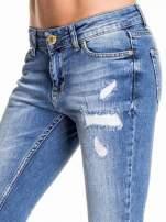 Niebieskie spodnie skinny jeans z łatami