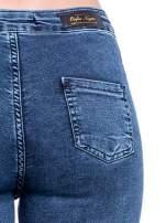 Niebieskie spodnie skinny jeans z wysokim stanem i rozdarciami na kolanach                                  zdj.                                  8