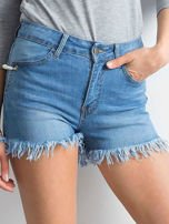 Niebieskie szorty z wystrzępionymi nogawkami                                  zdj.                                  1