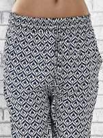 Niebieskie zwiewne spodnie alladynki we wzór geometryczny                                  zdj.                                  5