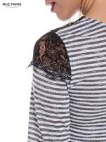 Pasiasta bluzka z koronką na ramionach