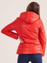 Pomarańczowa pikowana kurtka z kapturem                                  zdj.                                  2