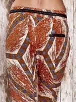 Pomarańczowe lejące spodnie z artystycznym nadrukiem                                  zdj.                                  6