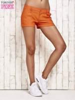 Pomarańczowe materiałowe szorty z podwijaną nogawką                                  zdj.                                  3