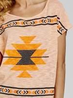 Pomarańczowy t-shirt we wzory azteckie z dżetami                                  zdj.                                  5