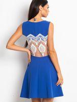 Rozkloszowana sukienka z koronką na plecach chabrowa                                  zdj.                                  3
