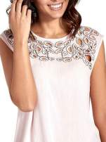Różowa bluzka koszulowa z ozdobnym dekoltem z wycięciami                                  zdj.                                  5