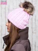 Różowa czapka z warkoczowym splotem i futrzanym pomponem                                  zdj.                                  2