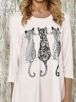 Różowa sukienka damska z nadrukiem kotów                                  zdj.                                  4