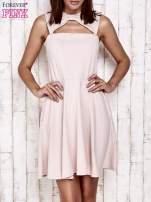 Różowa sukienka dresowa z dekoltem cut out z kokardą                                  zdj.                                  1