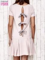 Różowa sukienka dresowa z kokardami z tyłu