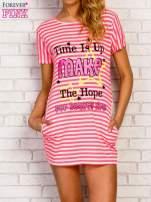 Różowa sukienka w paski z napisem TIME IS UP                                                                          zdj.                                                                         1