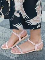 Różowe sandały z ozdobnymi perełkami na przodzie cholewki                                  zdj.                                  4