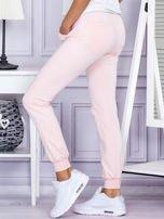 Różowe spodnie dresowe z kieszonką z przodu                                  zdj.                                  3