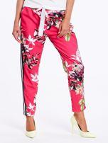 Różowe spodnie w kwiaty z lampasami                                  zdj.                                  2