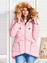 Różowy puchowy krótki płaszcz z pikowzaniem                                  zdj.                                  1