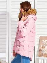 Różowy puchowy krótki płaszcz z pikowzaniem                                  zdj.                                  3