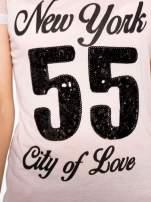 Różowy t-shirt z nadrukiem NEW YORK 55 i siatkowymi rękawami